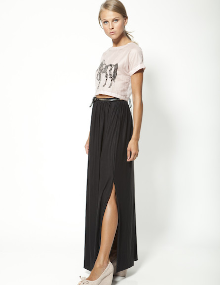 חצאית מקסי שחורה וחולצת חד קרן ורודה (צילום: mako ,mako)