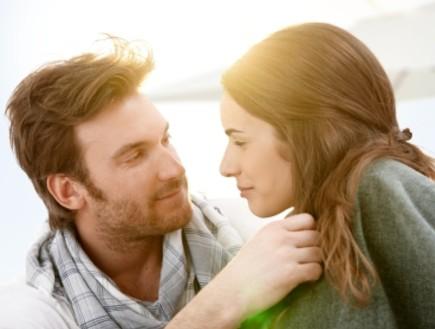 גבר ואישה מסתכלים זה על זה, שמש ברקע (צילום: istockphoto ,istockphoto)