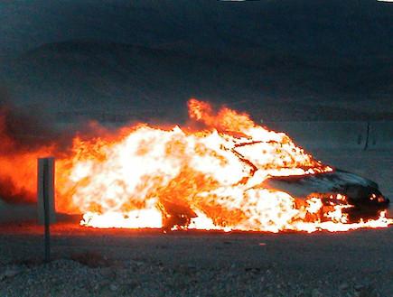 מכונית נשרפת (צילום: נעם וינד)