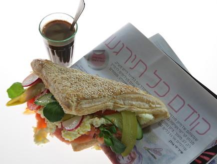 אביב משה סנדוויץ ארוחת בוקר (צילום: דן לב ,ספר הסנדוויצ'ים של אביב משה, הוצאות קוראים)