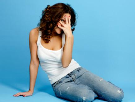 נערה מתביישת (צילום: istockphoto ,istockphoto)