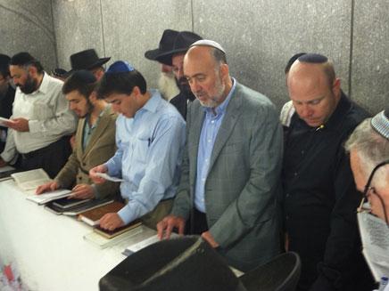 """תפילה על קבר הרב (צילום: אתר חב""""ד COL)"""