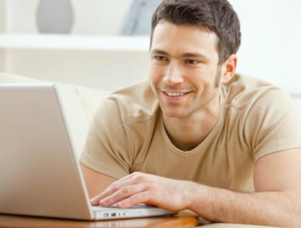 גבר מסתכל על מחשב
