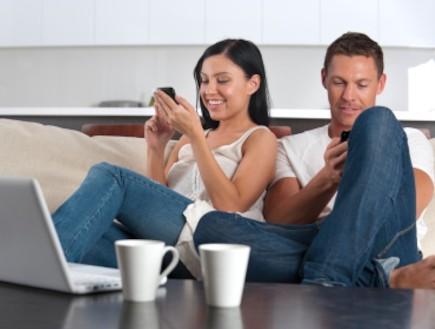 גבר ואישה עם טלפון סלולרי ולפטופ (צילום: istockphoto ,istockphoto)