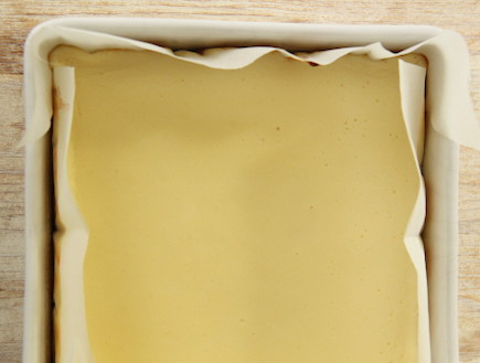 ריבועי גבינה וריבת חלב מסודרים בתבנית