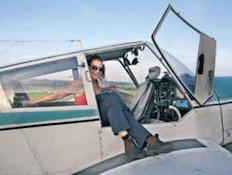 הכותבת במטוס זעיר - צכיה ההיפר אקטיבית