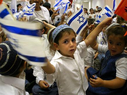 ילדים עם דגלי ישראל