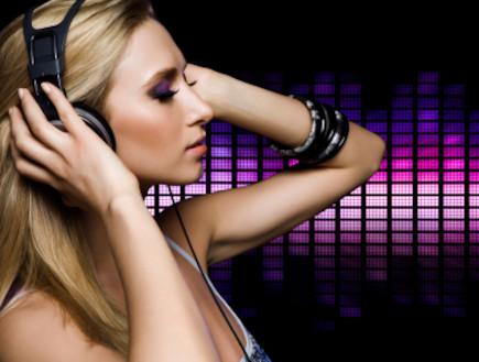 בחורה עם אוזניות