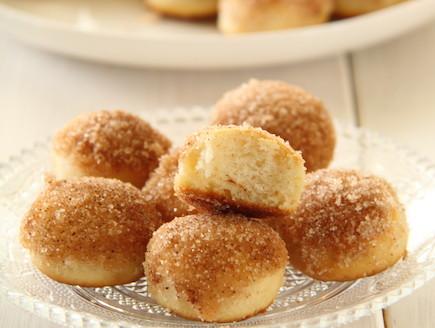 מיני סופגניות סוכר וקינמון אפויות (צילום: חן שוקרון ,אוכל טוב)
