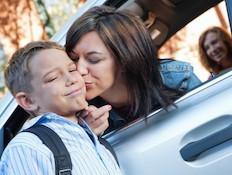 אמא מנשקת ילד