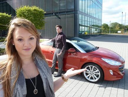 גבר ואישה ליד מכונית