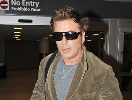 אלק בולדווין בשדה התעופה
