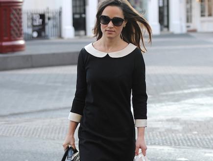 פיפה מידלטון בשמלה שחורה עם צוארון לבן(noon)