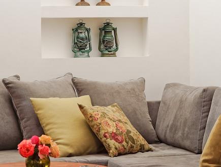 הספה בסלון אחרי שיפוץ - תמר מגן צ'פלין (צילום: רון שלף)