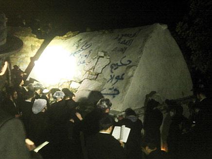 הקבר שהושחת בשומרון. הלילה (צילום: מועצה אזורית שומרון)