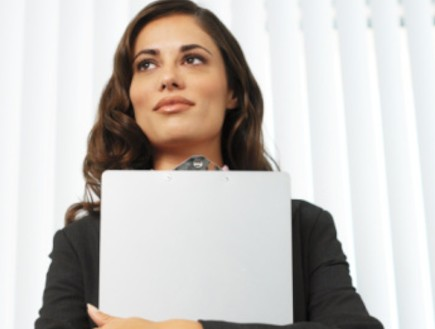 אישה יפה מהרהרת מחבקת קלסר (צילום: אימג'בנק / Thinkstock)