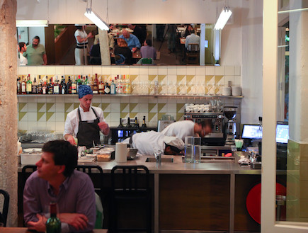 מטבח פתוח במסעדת שולחן