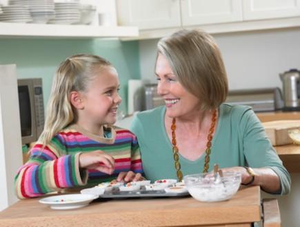 סבתא משחקת עם הנכדה (צילום: אימג'בנק / Thinkstock)