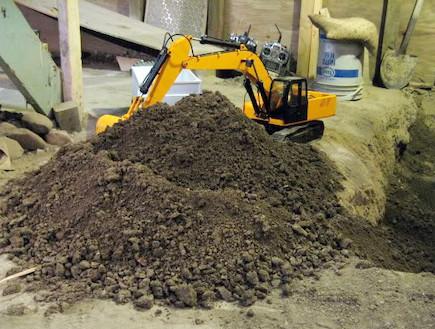חפר מרתף עם מכוניות שלט (צילום: יוטיוב  ,יוטיוב)