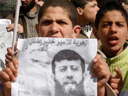 מצפים לשחרורו של עדנאן, עזה, היום (צילום: רויטרס)