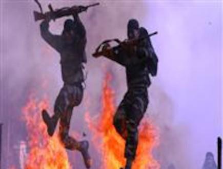 חיילים הודים קופצים דרך אש