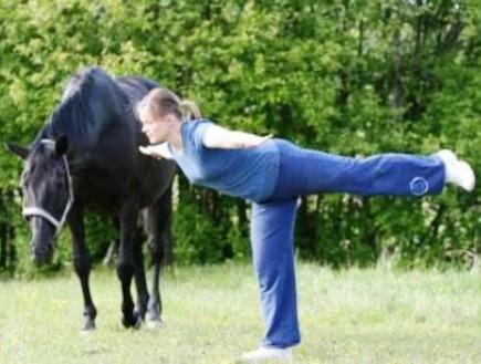 סוסירובי: אישה מתעמלת עם סוס(האתר הרשמי)
