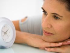 אישה מסתכלת על שעון
