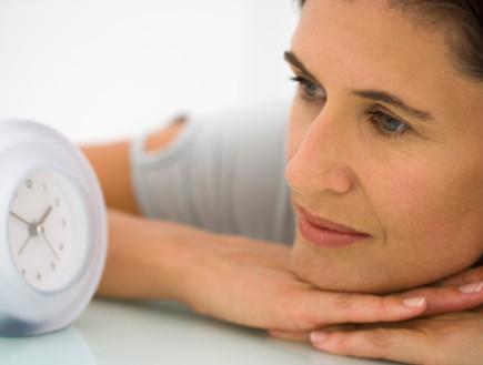 אישה מסתכלת על שעון (צילום: אימג'בנק / Thinkstock)