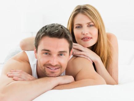 גבר ואישה מחייכים שוכבים על הבטן (צילום: אימג'בנק / Thinkstock)