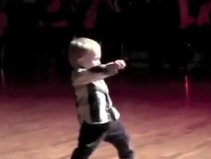 תינוק רוקד (צילום: מתוך youtube)