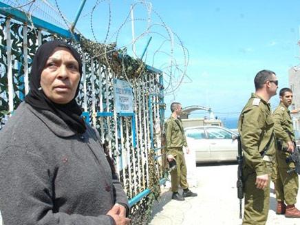 אמו של אחמד דעיף במעבר ראש הנקרה, היום (צילום: sonara.net)