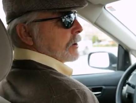 עיוור נוהג במכונית ללא נהג של גוגל (צילום: יוטיוב )