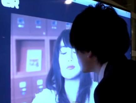 פוסטר שמגיב לנשיקה (צילום: יוטיוב )