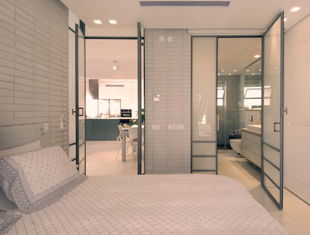 חדר שינה ומבט למקלחת אחרי שיפוץ - דרור רימוק (צילום: רועי ברגלס ,mako)