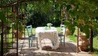 שולחן אוכל. שולחן בגינת הבית (וידאו WMV: שי אפשטיין, אורלי רובינזון)