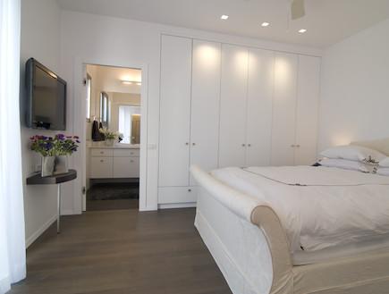 ארון בגדים לצד המיטה בגוון הקיר