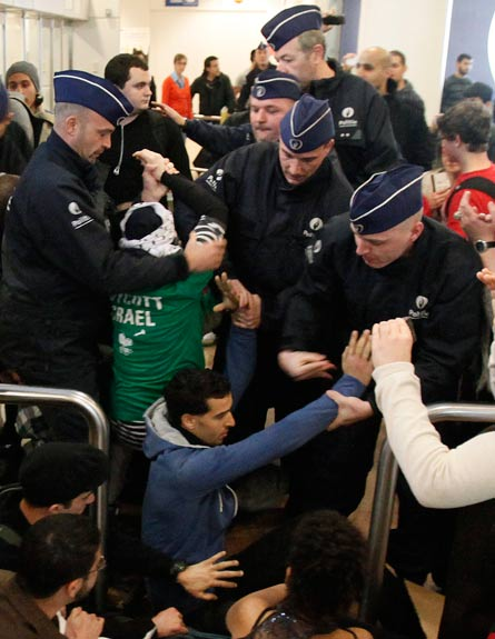 מעצר פעילי המטס, הבוקר בבריסל (צילום: רויטרס)