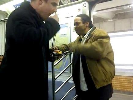 הגיבור החדש של ניו יורק - איש החטיפים מהרכבת התחתי (וידאו WMV: יוטיוב  ,צילום מסך youtube)