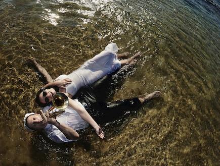 חתן וכלה במים