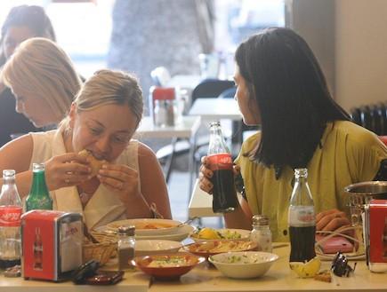 סופי קרבצקי ושרי שימחוב אוכלות חומוס ביחד 2 (צילום: יחסי ציבור ,mako)