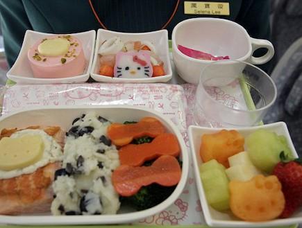 ארוחת הלו קיטי בטיסה