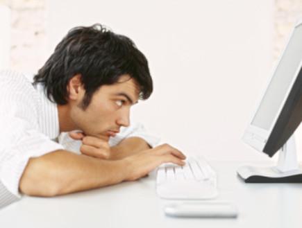 גבר מול מחשב (צילום: אימג'בנק / Thinkstock)