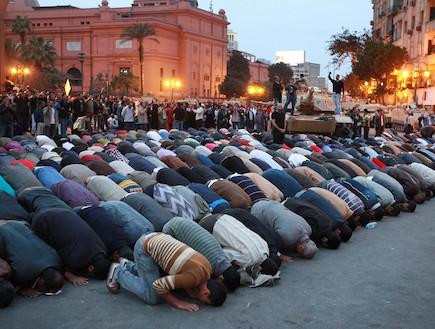 מפגינים מתפללים בכיכר תחריר