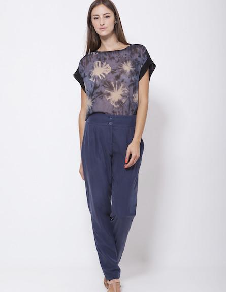 רונן חן, חולצת romi ומכנסי sonia כחולות