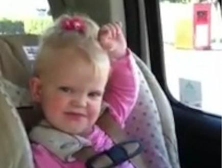 ילדה שרה במושב האחורי (תמונת AVI: You Tube ,YouTube)