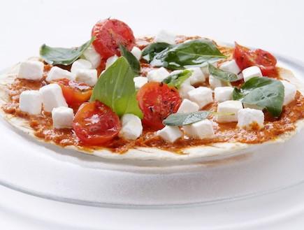 פיצה טורטייה וגבינה בולגרית (צילום: איליה מלניקוב ,אוכל טוב)