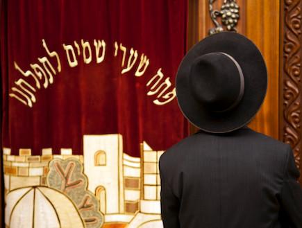 חרדי בבית הכנסת (צילום: אימג'בנק / Thinkstock)