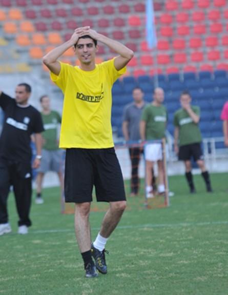 קותי סבג משחק כדורגל (צילום: אביעד וייצמן ,mako)