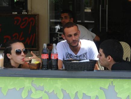 קותי סבג ויאנה יוסף בבית קפה (צילום: ברק פכטר ,mako)