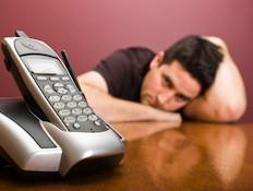 גבר מחכה ליד הטלפון